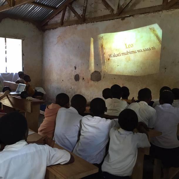 タンザニア人に翻訳をお手伝いしてもらい、スワヒリ語でウフルー号を紹介!