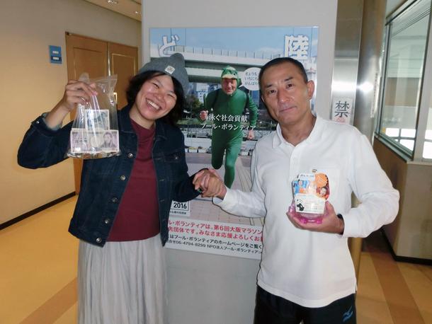 東成屋内プールで募金受け取りました。ありがとうございます。PVカッパと一緒です。