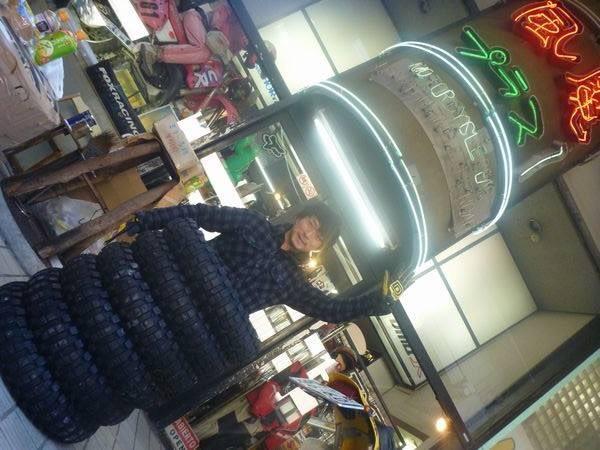 昨日は、風魔プラス1世田谷店の渡辺店長の手をお借りして、ダカールで使用するタイヤの発送作業を寒空の下やってきました♪