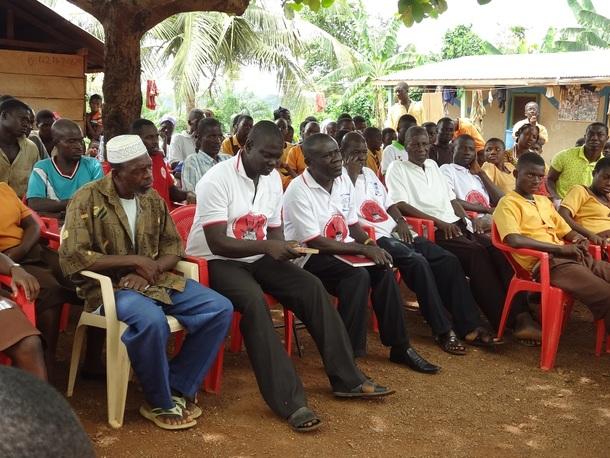 クワベナ・アクワ村では、村長(中央)を中心に自発的な活動が行われています