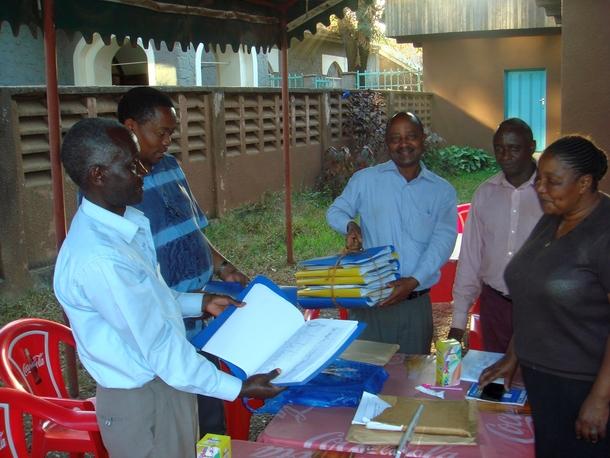 政府に提出するための村人たちの署名の束を手にする40村の代表者たち