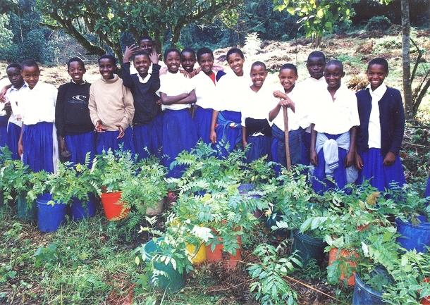 村の子どもたちも大人に負けないくらい熱心に植林に取り組んでいます!