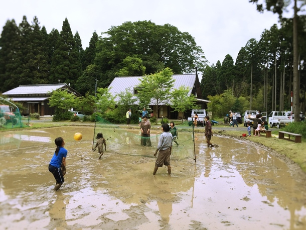 泥んこバレーの様子
