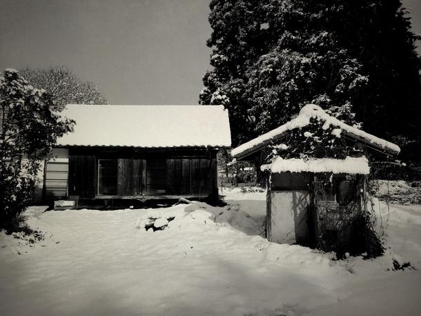 雪の積もった空き家