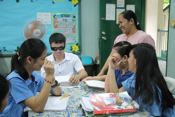 盲学校で勉強する子どもたち