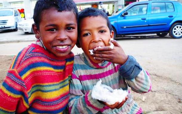 白米で作ったおにぎりを食べるマダガスカルの子ども達。