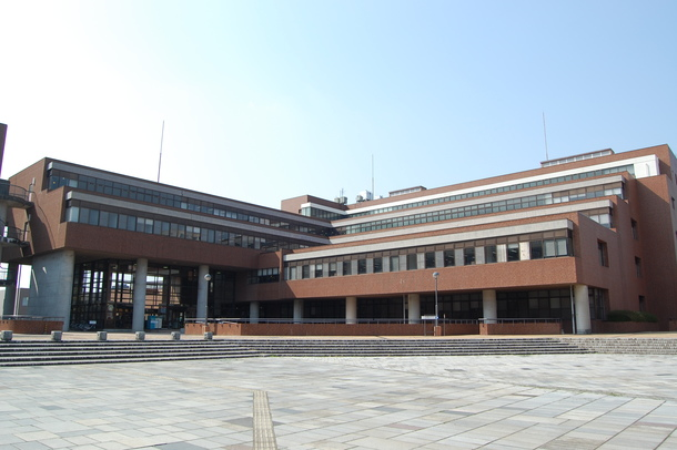 現在の筑波大学附属図書館(石の広場から中央図書館を望む 2008年4月撮影)