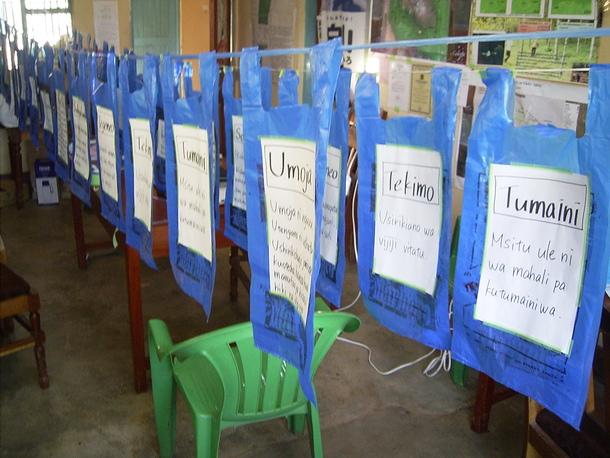 ビニール袋が即席の投票箱!投票用紙がごちゃごちゃにならないように、それぞれの案に対して一つの袋が作られ、壮観でした!