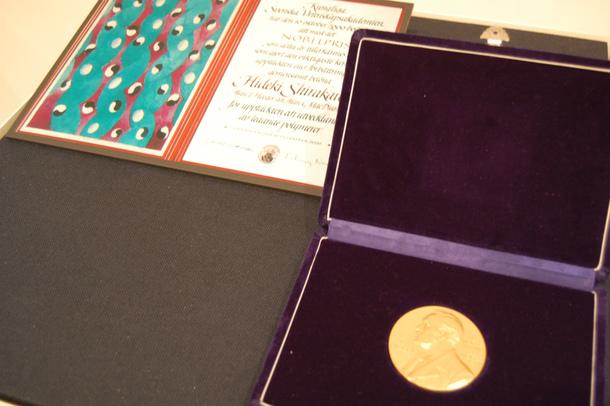 白川英樹 名誉教授 (2000年ノーベル化学賞受)の受賞メダルと表彰状