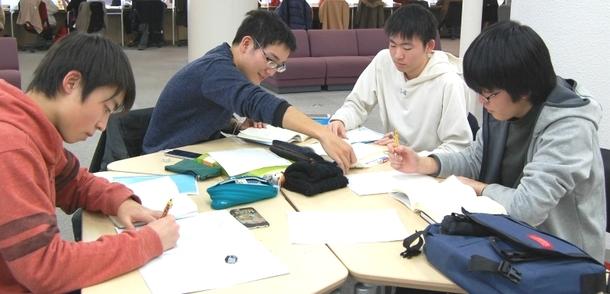 チャットフレームでの学習風景(中央図書館本館2階)