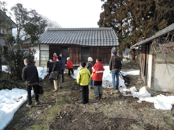 移住希望者に空き家や周辺環境について説明する様子