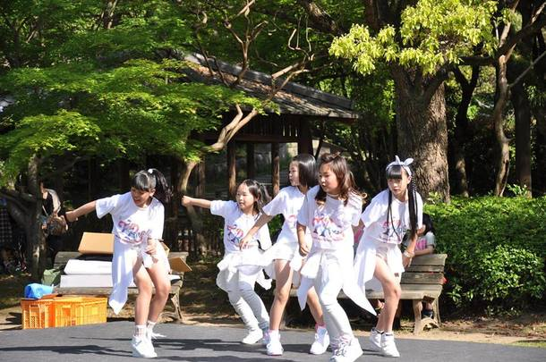 福山のキッズダンスチームによるステージング。普段のレッスンの成果を大人顔負けのかっこよく披露します!同じ世代の子供達がかっこよく披露する姿を見て、子供たちは憧れのまなざし