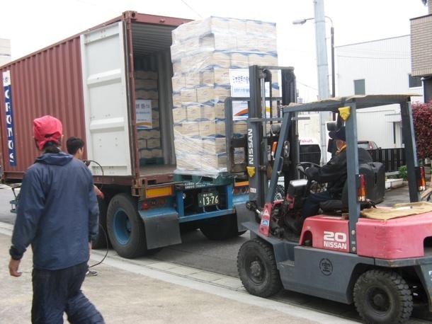 2011年4月 海外からの支援物資(ミネラルウォーター)の荷卸し作業