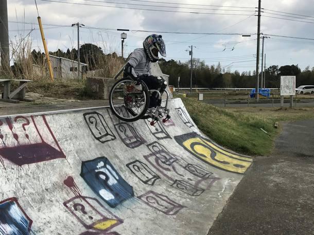 車椅子でスケボーパークのランプにチャレンジ