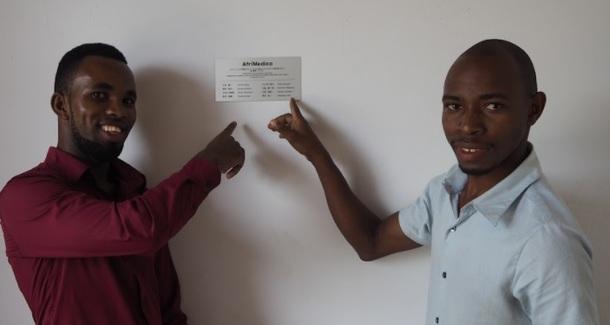 左がタンザニアメンバーのゴスビー、右が置き薬マネージャーのムトロ