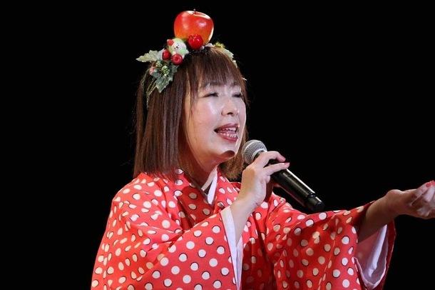 歌う着物姿のりんご