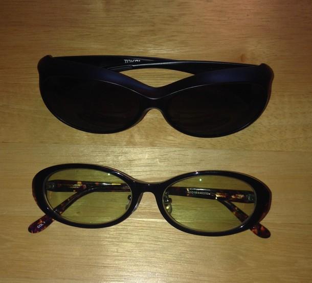 上が外出用の遮光メガネ。下は普段装着している遮光メガネ。