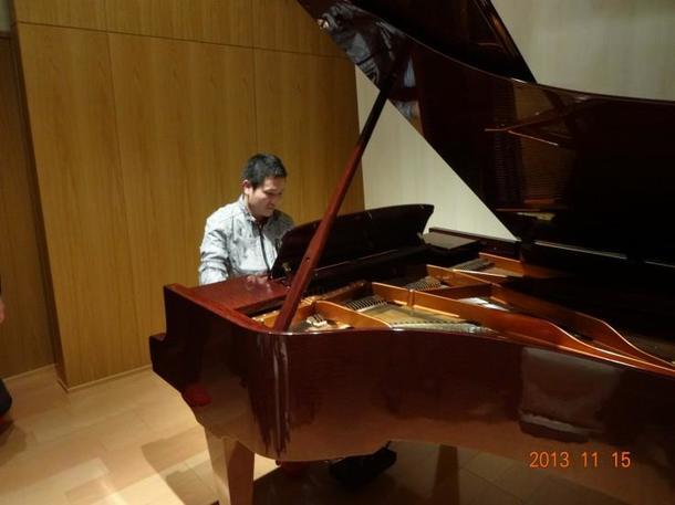 ピアノが弾けないのに、ピアノを弾いてるふりをしている原田