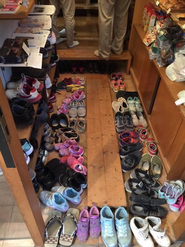 靴であふれかえる玄関の様子