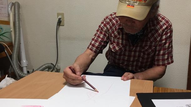 絵を描くマイクさん