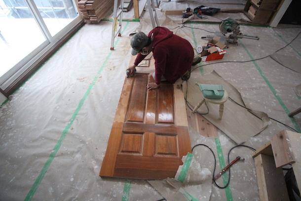 救出した建具の塗膜を落とす蒲生代表