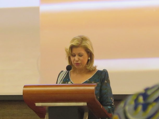 スピーチするコートジボワールのワタラ大統領夫人