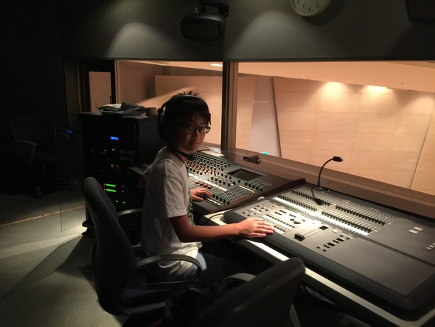 音響及び照明を担当する中学生