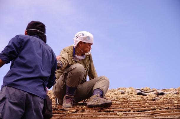 屋根瓦をみんなで降ろす作業2