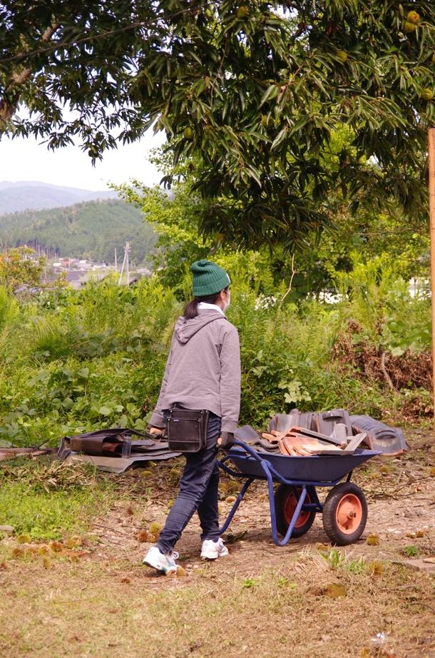 屋根瓦をみんなで運ぶ作業