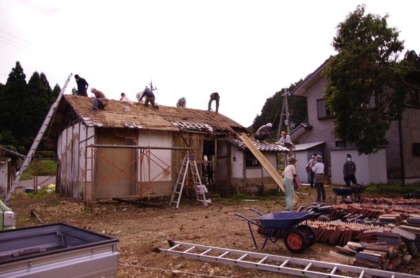 屋根瓦をみんなで降ろす作業3