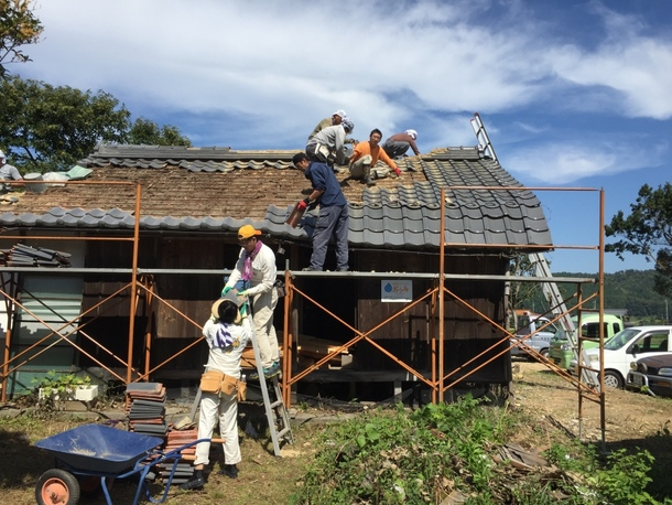 屋根瓦をみんなで降ろす作業