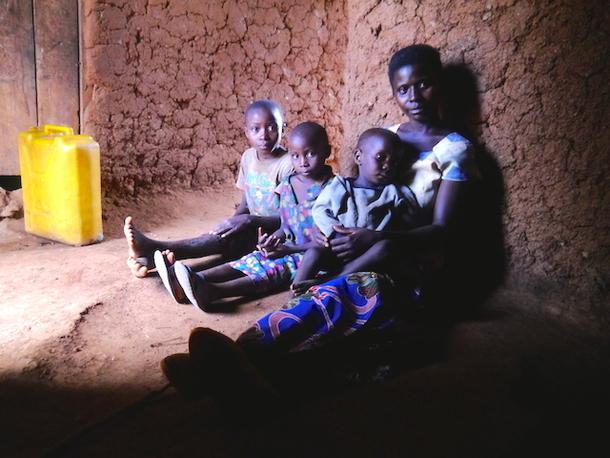 3人の子どもを育てるシングルマザー。2番目の女の子が幼稚園に通っている。
