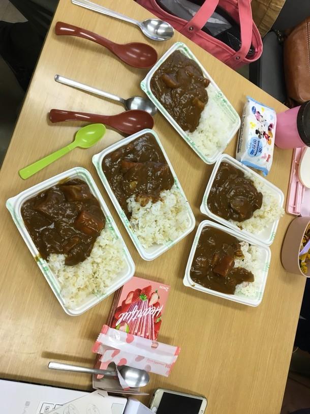 食べ物, テーブル, 室内, 箱 が含まれている画像非常に高い精度で生成された説明