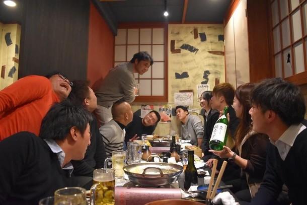 人, テーブル, グループ, 室内 が含まれている画像非常に高い精度で生成された説明