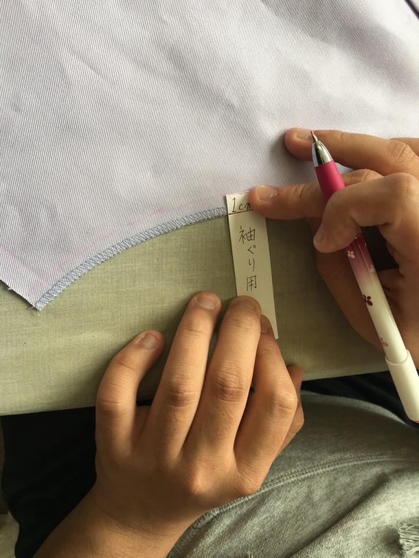 袖ぐりに印をつけてアイロンをかける前の準備