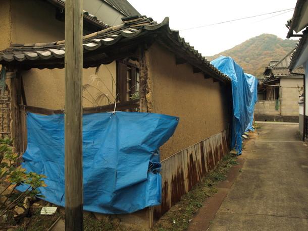 建物裏の土塀。取得後、解体予定