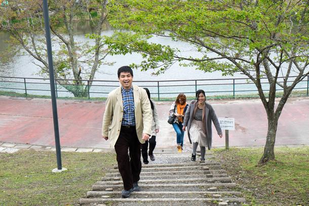 公園を歩くメンバー