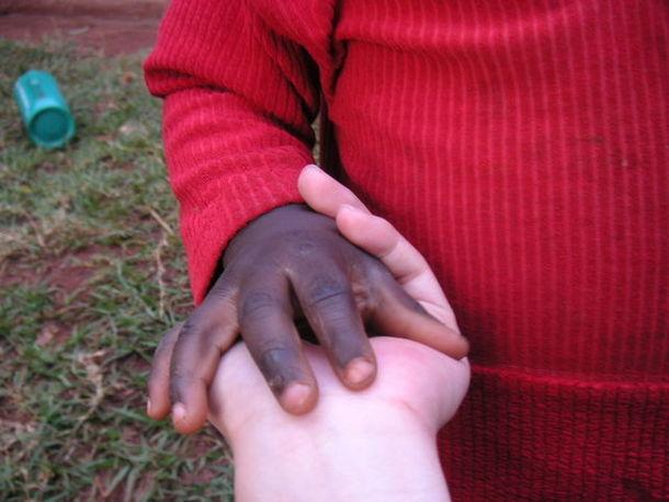 小さなエイズ孤児の手