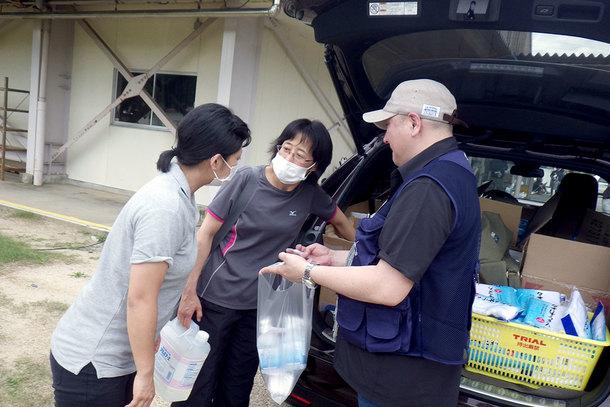 愛媛県西予市の避難所で物資を配布している様子