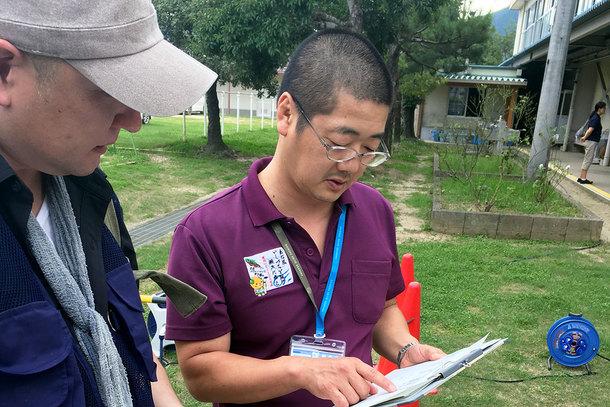 野村中学校 避難所センター長の三瀬さん(右)