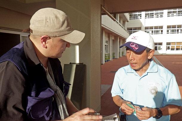野村小学校 避難所センター長の亀岡さん(右)