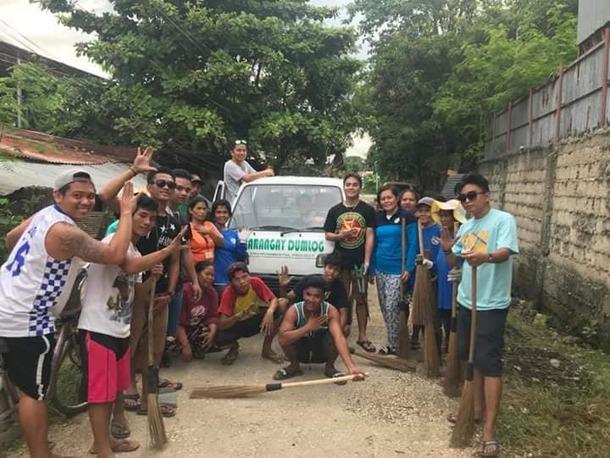 ごみ回収車と村の定期清掃活動