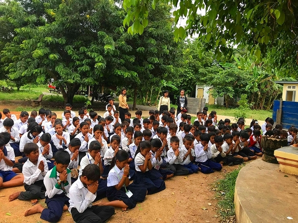 カンボジアの小学校:祈りを捧げている様子