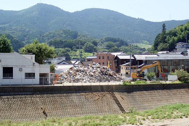 愛媛県西予市野村町の山積みになった被災瓦礫
