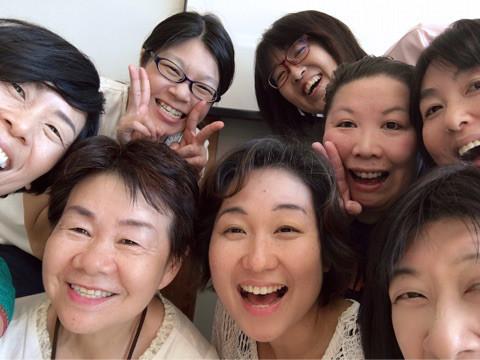 2018年8月「笑いヨガリーダー養成講座」の受講生たちと