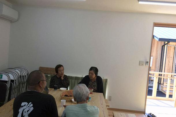 仮設住宅の集会所で傾聴カフェを実施