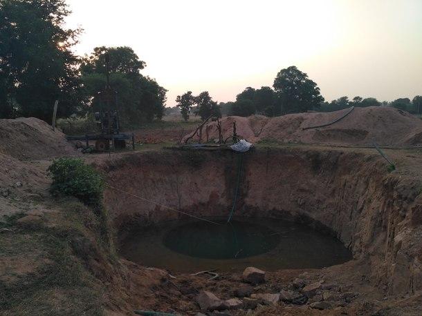 念願の井戸、未だ未完成ですが水は豊富です