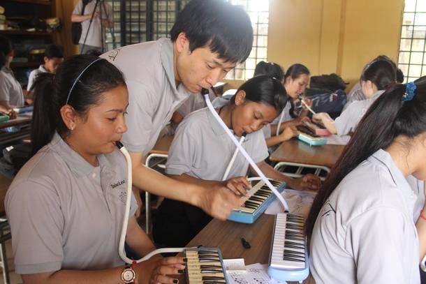 カンボジアの子供達に音楽を届けました!