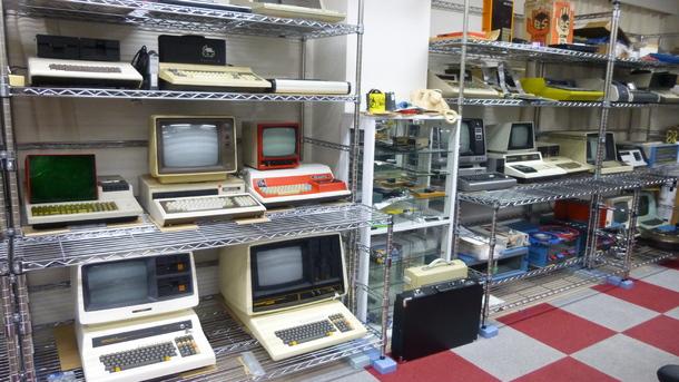 「マイコン博物館」展示棚 中央部分
