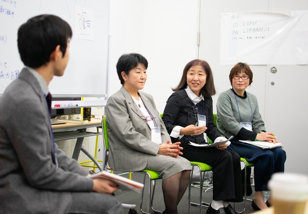 左から中里(Living in Peace代表)、澤谷厚子さん、石田久美子さん、中川和子さん